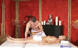 Kermis babe tries hot massage and good shacking up