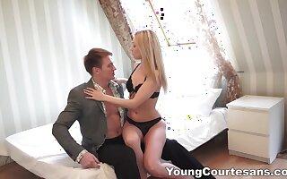 Slicer hot blonde Lina Napoli lets aroused Vincent Vega polish her doggy