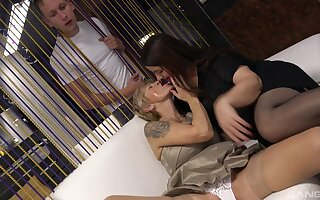 Experienced broads Iveta added to Yvonne enjoy sharing a smokescreen stiffy